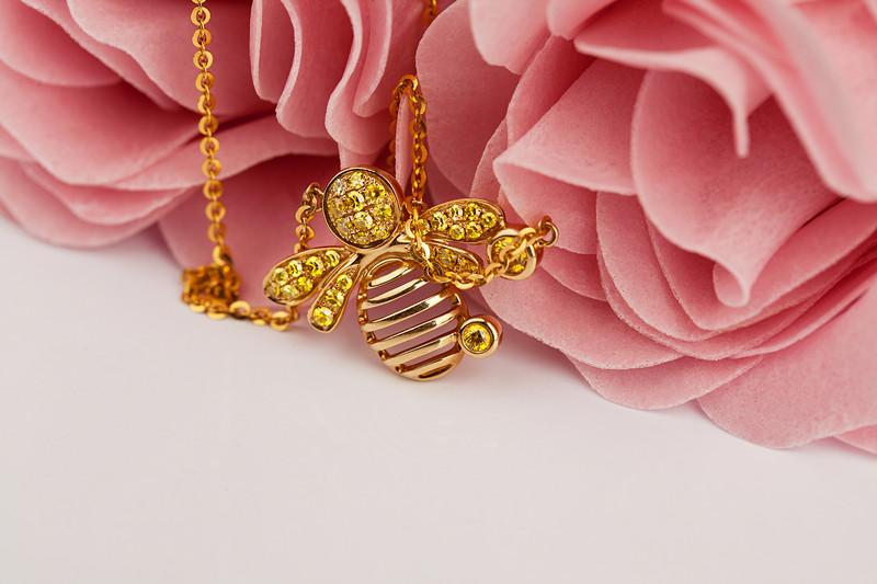 慕蒂卡珠宝  甜蜜系列-蜜蜂 18K钻石项链(吊坠,项链)